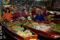 Boote mit Gemüse