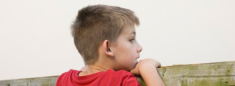 kind beobachtet die nachbarn