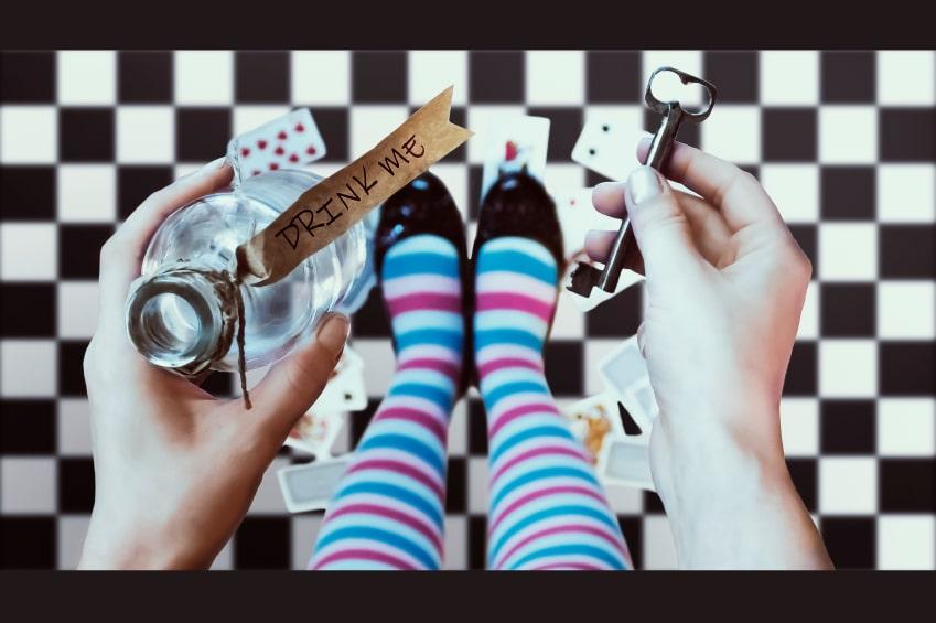 """Alice mit """"Trink mich""""-Flasche und dem Schlüssel zum Wunderland"""