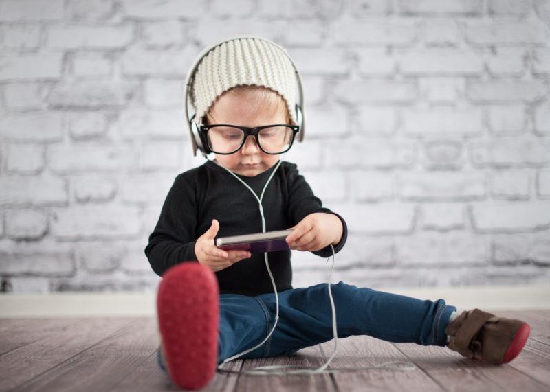 Kind ist fasziniert von Engagning Content auf dem Handy
