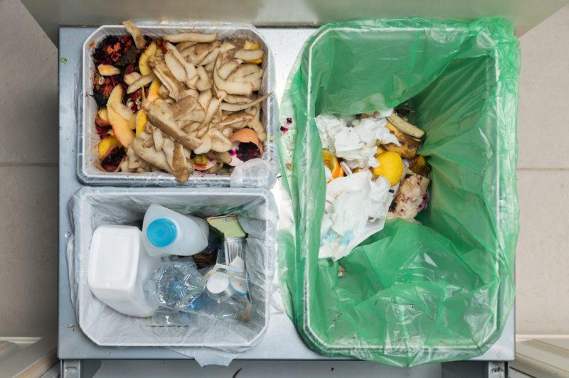 Verschiedene Müllbehälter für's Recycling