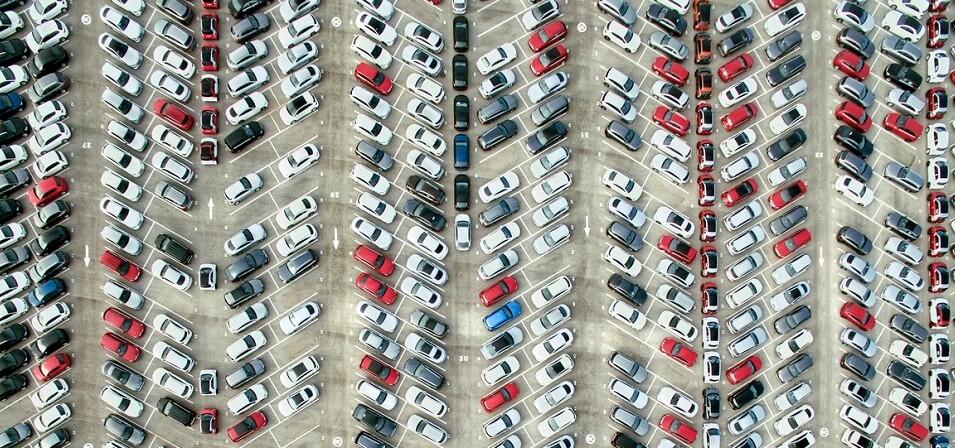Überblick über einen Parkplatz aus der Vogelperspektive