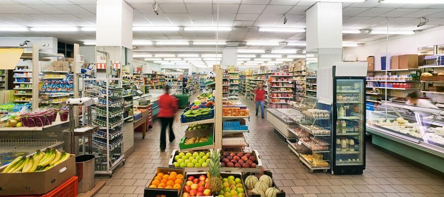 Regalreihen ohne Schilder in einem Supermarkt