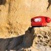 rotes Retro-Telefon in Felsenlandschaft