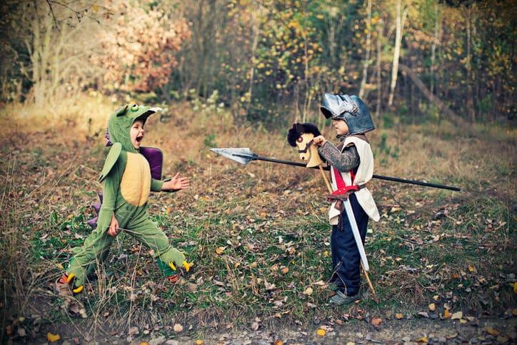 Kinder als Ritter und Drache verkleidet