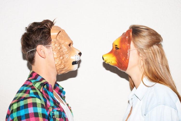Mann und Frau mit Tiermasken stehen sich gegegenüber und führen Interview
