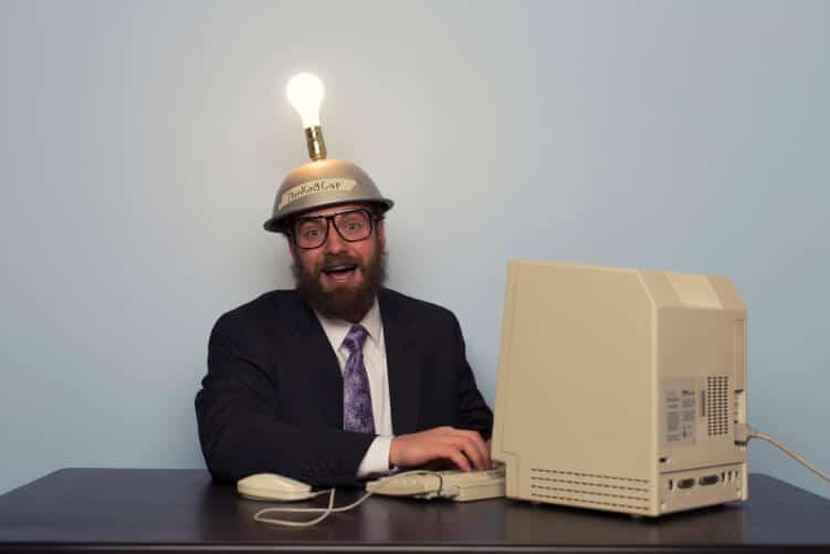 Mann geht vor PC Licht auf, dank guter Interviewfragen