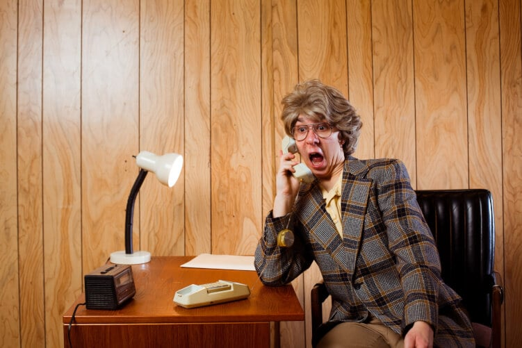 Erstaunter Mann am Telefon im Retro-Büro