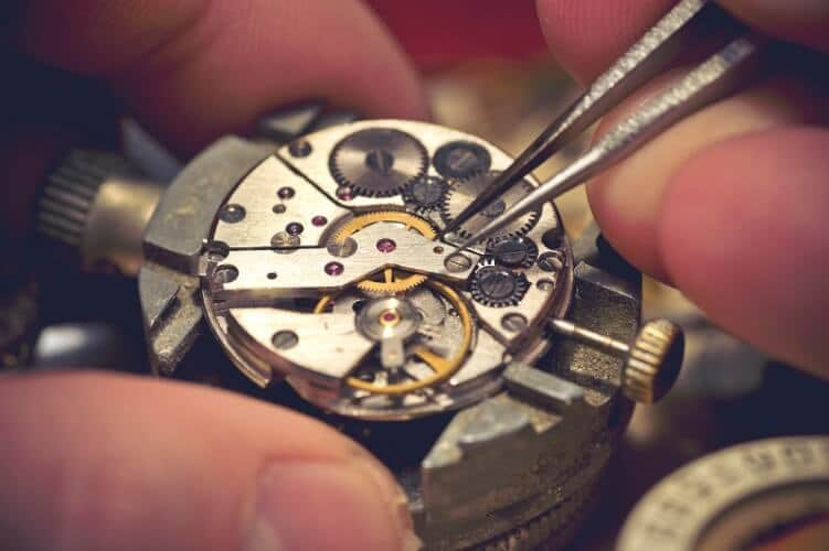 Feinjustierung an einem Uhrwerk