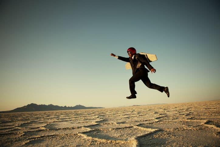 Mann mit Flügeln in der Wüste