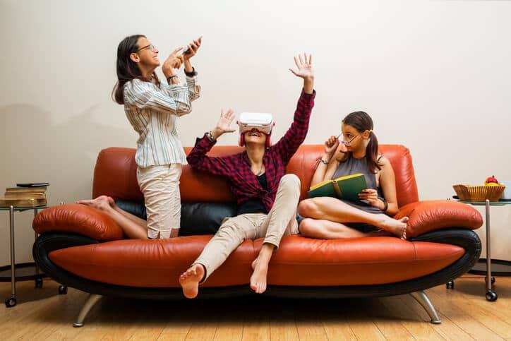 Frauen mit Virtual-Reality-Spiel