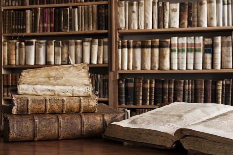 Alte, vergilbte Bücher in einer Bibliothek