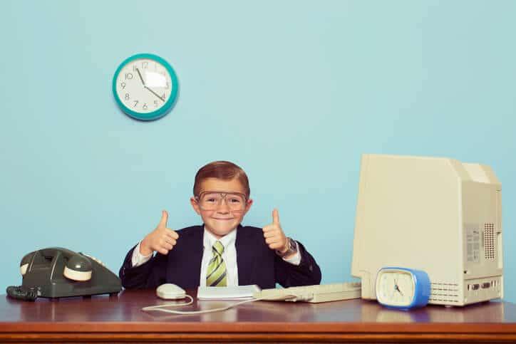 Junge mit Anzug in Büro – retro