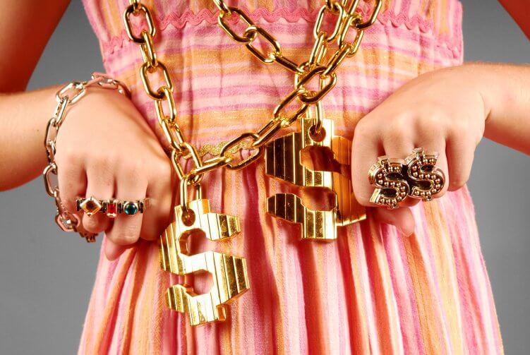 Frau mit großen Goldketten und Ringen