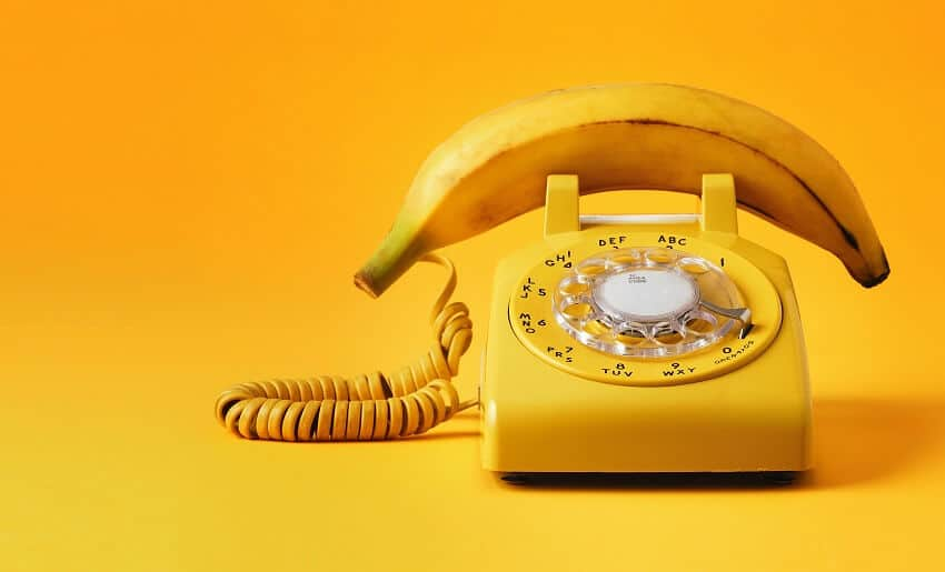 Unpassende Dinge wie Banane und Telefon werden mit dieser Kreativitätstechnik zwanghaft verbunden.