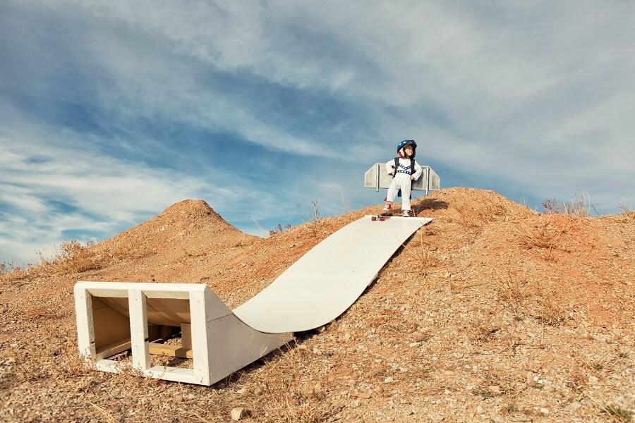 Junge mit Rollschuhen und Flügeln auf Sprungrampe: Symbol für Maßnahmen-Mix bei der Converstion Rate Optimierung