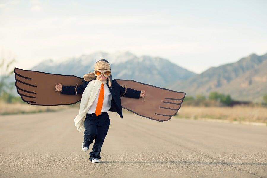 Junge mit Flügeln auf Startbahn symbolisiert Umsatzsteigerung durch Comversion Optimierung