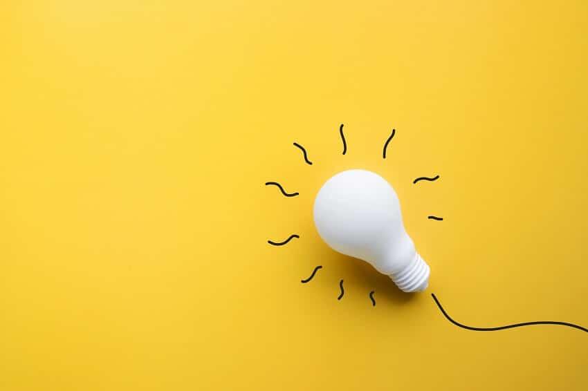 Glühbirne symbolisch für das Licht, das einem beim Anwenden der Kreativitätstechnik aufgeht.