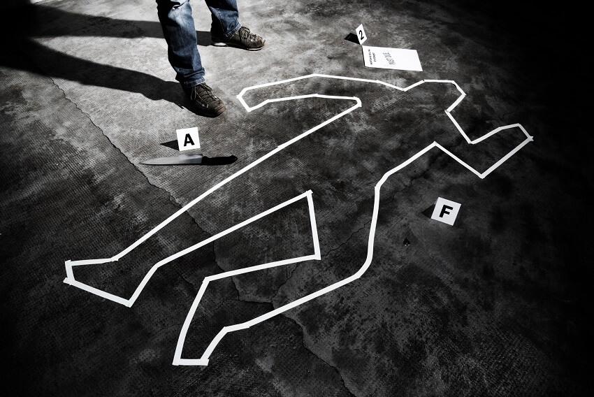 Leichenumrisse mit Klebeband symbolisieren die durch Kreativitätskiller gestorbene Idee.