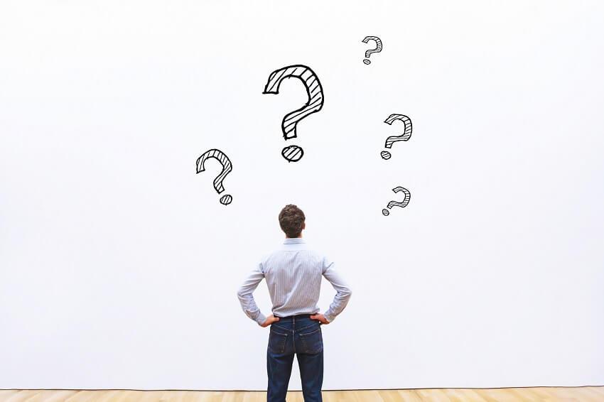 Mann mit fünf Fragezeichen steht für die 5 Warums der Kreativitätstechnik.