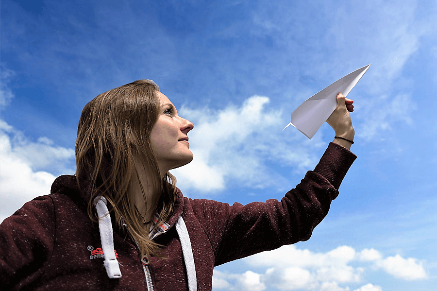 Papierflieger in der Hand als Symbolbild: mit E-Mail-Marketing durchstarten