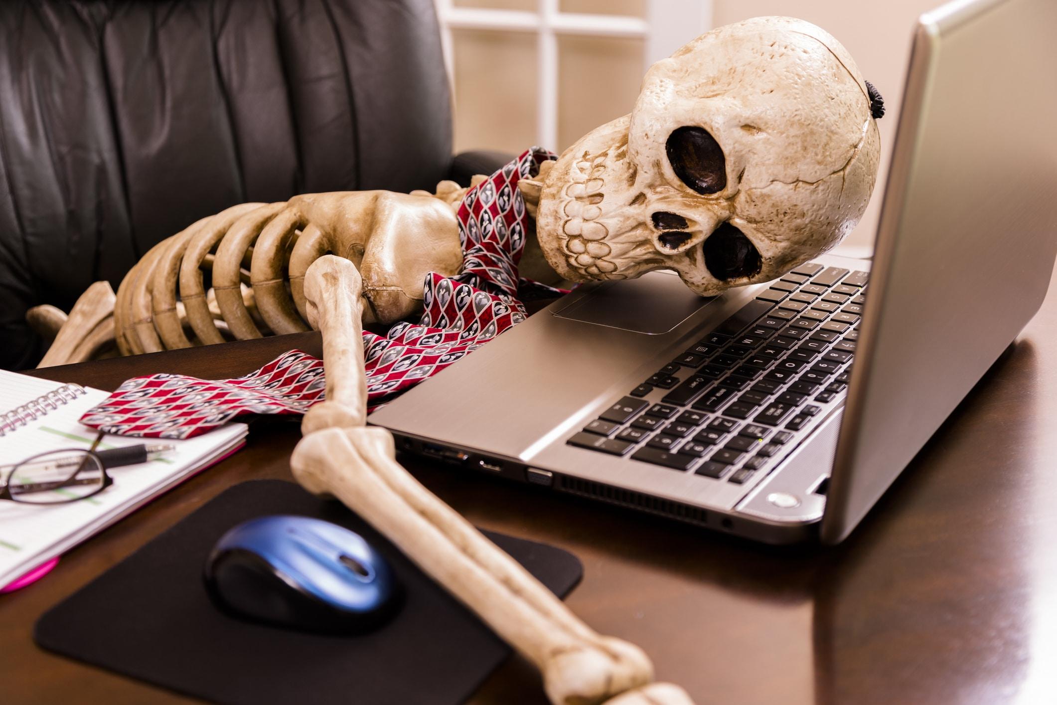 Skelett liegt vor Pc wegen zu langer Internetrecherche