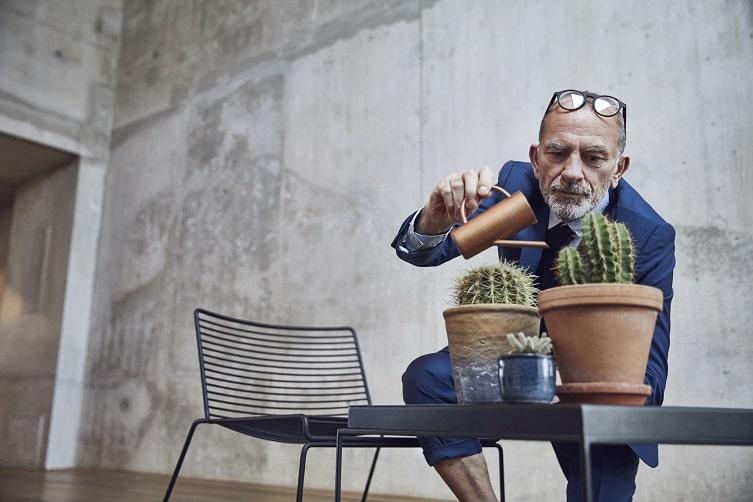 Mann gießt Pflanzen – ein Growth Hack